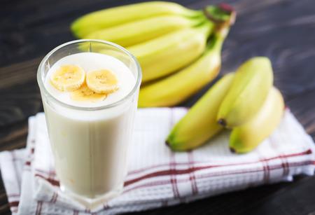 Banane Joghurt im Glas und auf einem Tisch
