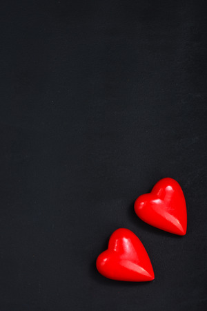 herz: red hearts on the black table