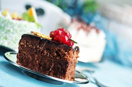 ケーキ皿の上やテーブルの上