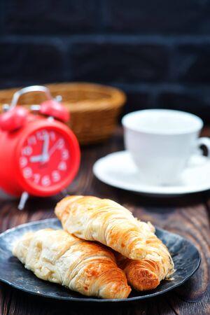Croissant sulla piastra e su un tavolo