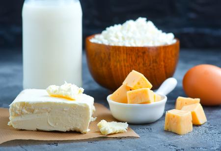 Melk, boter en kaas op een tafel. Stock foto