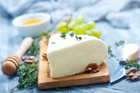 tabla de quesos: Camembert con miel a bordo, stock photo