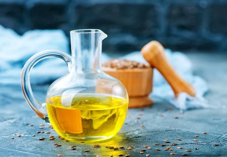 lijnzaad en olie in glazen fles