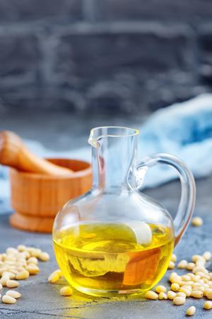 병 및 테이블에 옥수수 기름