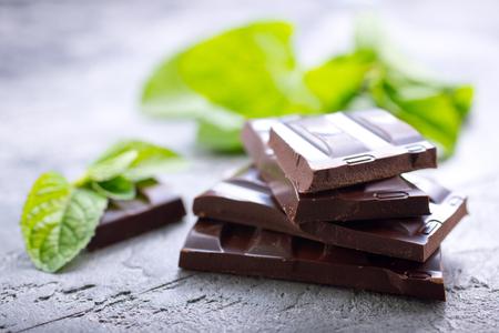 chocolade en muntblad op een tafel Stockfoto