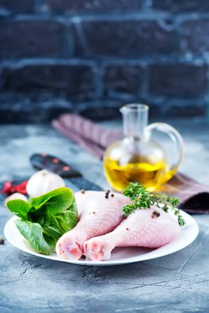 Jambes de poulet cru sur la plaque et sur une table Banque d'images - 80795730