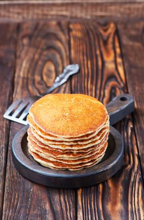 zoete pannenkoeken op plaat en op een tafel
