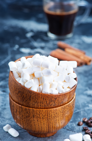 white marshmellow in bowl and on a table 版權商用圖片