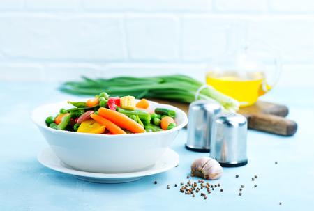 Mischen Gemüse in Schüssel und auf einem Tisch Standard-Bild - 80796718
