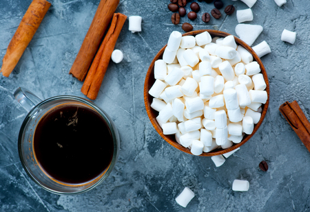white marshmellow in bowl and on a table Imagens