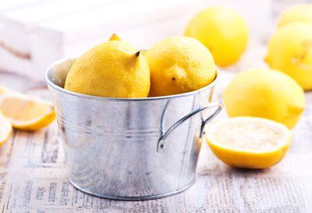 금속 그릇과 테이블에 신선한 레몬 스톡 콘텐츠