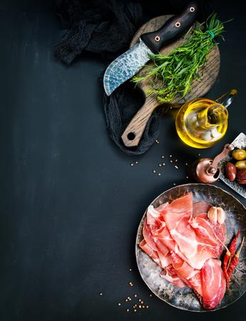 Prosciutto met kruid op plaat, voorraadfoto