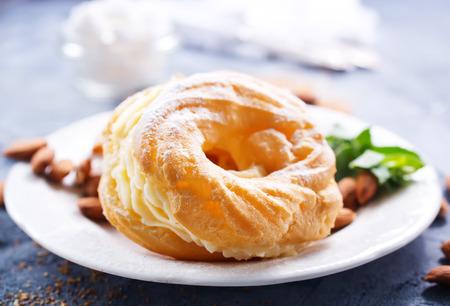 Anillos de pastelería con crema en el plato Foto de archivo - 81263388