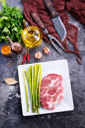 rauw vlees met asperges op de witte plaat