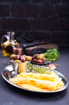 kaas met olijven en specerijen, stockfoto