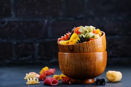 Pasta de color en los tazones de bambú y en una mesa Foto de archivo - 81217757