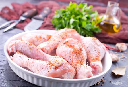 향신료와 소금이 들어간 닭 다리