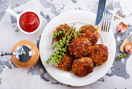 Frikadellen auf Teller und auf einem Tisch Standard-Bild