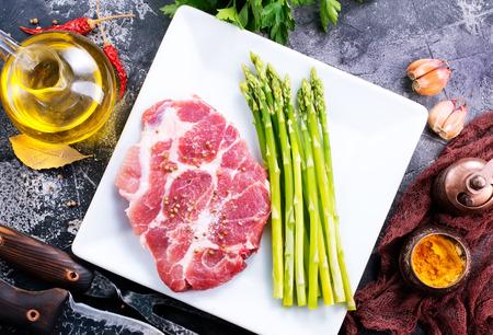 carne cruda con espárragos en el plato blanco