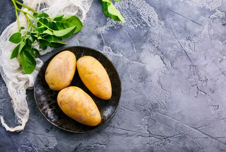 raw potato on a table, stock photo Stok Fotoğraf - 81217910