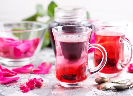 ストック フォトのテーブルにバラと紅茶