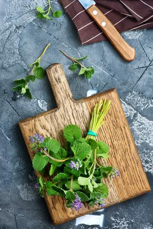 Aroma kruid aan boord en op een tafel Stockfoto - 81362928