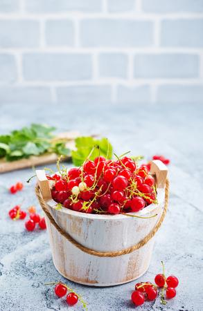 rode aalbes in kom en op een tafel