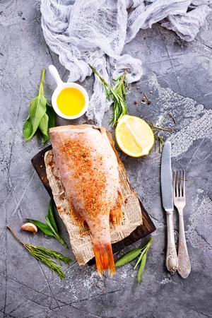 香りスパイスと塩と生の魚 写真素材