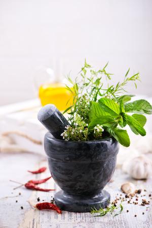 aroma, kruiden en specerijen op de keukentafel