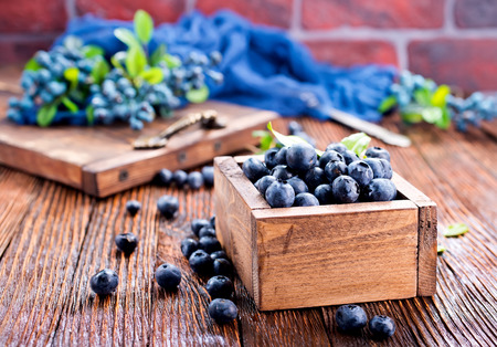 blueberry in wooden box and on a table Zdjęcie Seryjne - 82428742