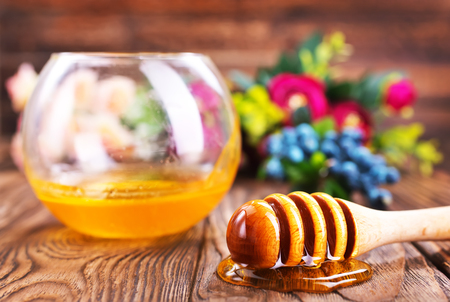 honey in glass bowl and on a table Banco de Imagens