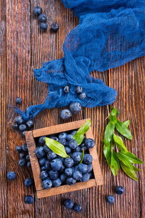 blueberry in wooden box and on a table Zdjęcie Seryjne - 82429340