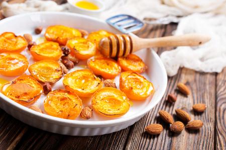 蜂蜜とテーブル上のナッツ焼きアプリコット