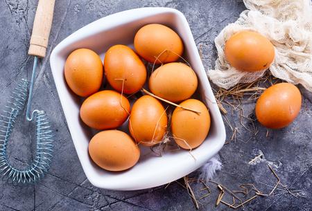 ボウルで、テーブルの上の生卵