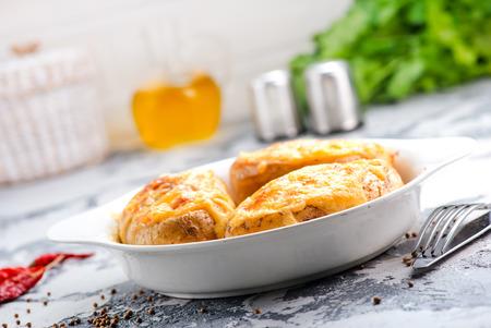 하얀 접시에 베이컨과 구운 감자 스톡 콘텐츠