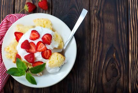 皿の上にクリームとラズベリー砂漠します。 写真素材