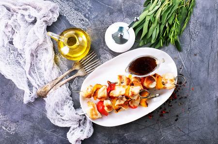 Kebab de pollo con verduras en el plato Foto de archivo - 83874395