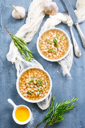 white bean with sauce in the bowl 版權商用圖片 - 83874429