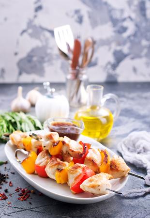 Kebab de pollo con verduras en el plato Foto de archivo - 83874840