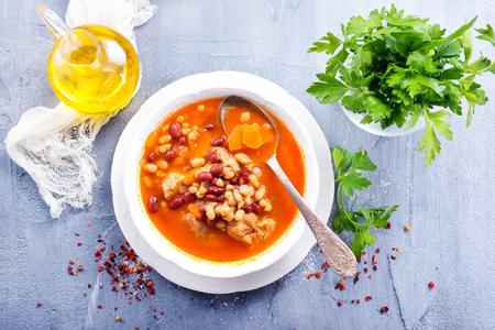 soep met bonen en vlees in de kom Stockfoto