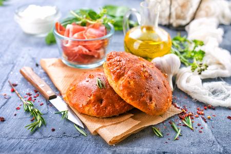 Zelfgemaakt brood met knoflook en kruiden op een tafel