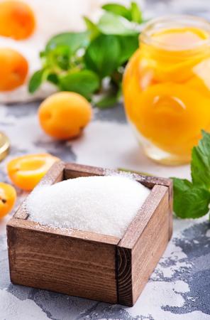 Suiker en abrikozen op een tafel, ingrediënten voor het jam maken Stockfoto - 84664515