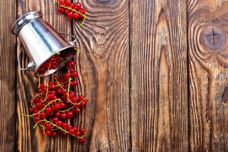 rode aalbes op de houten lijst, voorraadfoto Stockfoto