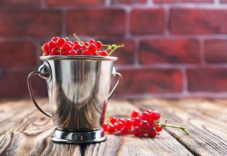 rode bessen op de houten tafel Stockfoto