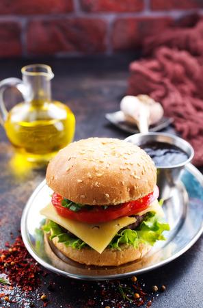 テーブルの上にカツとチーズのバーガー