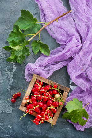 red currant in wooden box,stock photo Stok Fotoğraf - 85037101