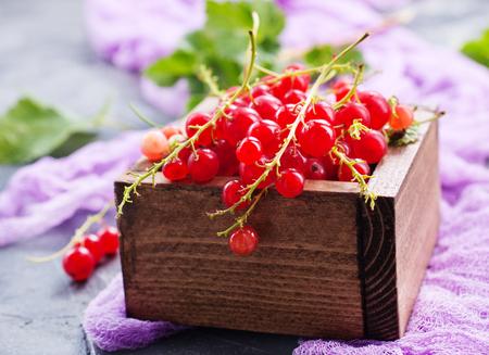 rode bes in houten doos, stock photo