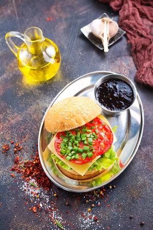 hamburger met kotelet en kaas op een tafel