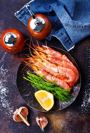 gekookte garnalen met zout en kruiden op een tafel Stockfoto
