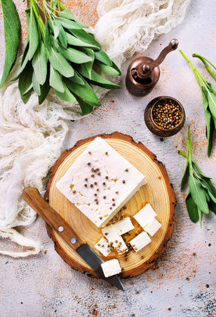 ボード上とテーブルの上にチーズ、ストック写真